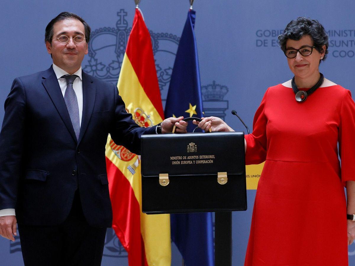 Foto: Manuel Albares recibe la cartera de manos de su predecesora, Arancha González Laya. (EFE)