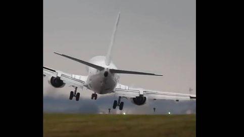 Peligroso aterrizaje en Praga por culpa del aire: un Boeing 737, a punto de tocar el suelo con el ala