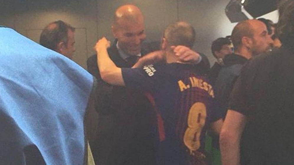 Foto: Momento en que las cámaras de Movistar captan el abrazo entre Zidane e Iniesta. (CC)