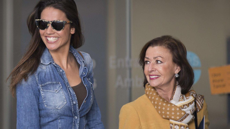 Foto: Lara Álvarez, acompañada de la madre de Fernando Alonso a su salida del hospital de Barcelona (EFE)