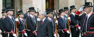 Foto: Montilla y sus 'consellers' hacen la ofrenda en silencio