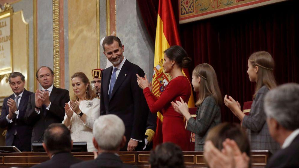 Foto: El rey Felipe VI, junto a la reina Letizia, la princesa Leonor (2d) y la infanta Sofía, en el hemiciclo del Congreso de los Diputados. (EFE)
