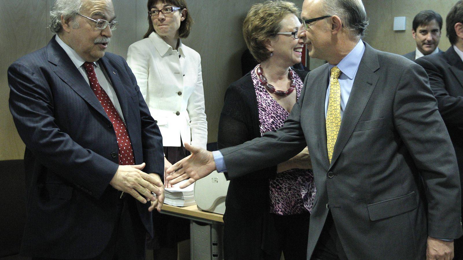 Foto: El ministro de Hacienda, Cristóbal Montoro, saluda al conseller de Economía, Andreu Mas-Colell. (EFE)