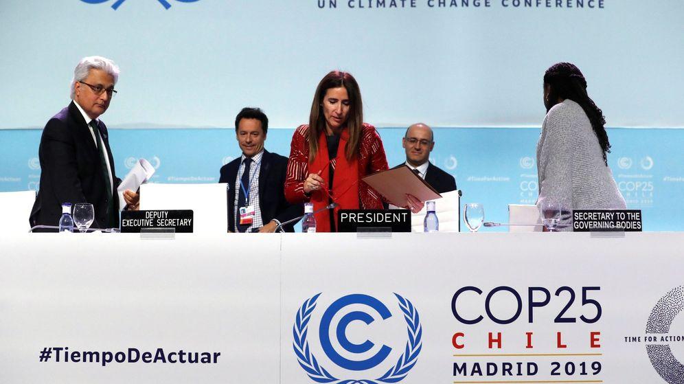 Foto: La ministra de Medio Ambiente de Chile y presidenta de la COP25, Carolina Schmidt (c), y el subsecretario ejecutivo de la Convención Marco de las Naciones Unidas sobre el Cambio Climático, Ovais Sarmad (i). (EFE)