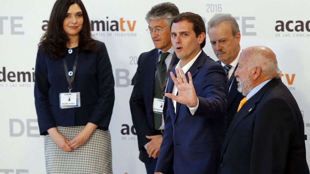 Foto: El candidato por Ciudadanos a la presidencia del Gobierno, Albert Rivera (2d), a su llegada al Palacio Municipal de Congresos de Madrid. (EFE)