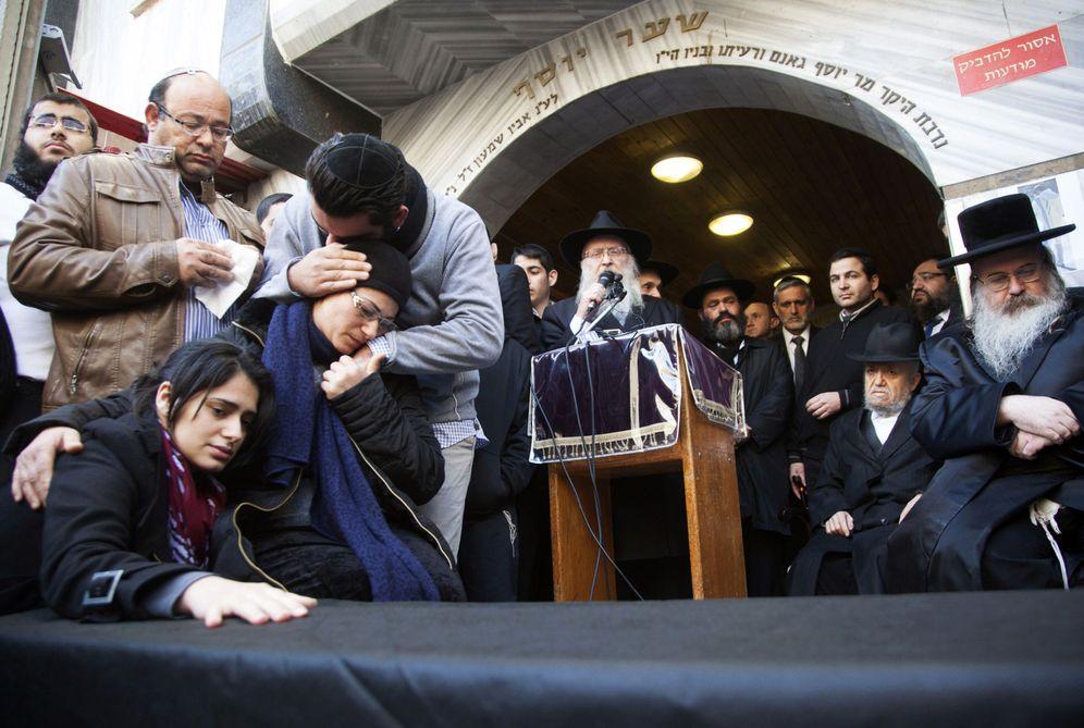 Foto: Familiares de Yoav Hattab, asesinado en un ataque en París, durante un funeral simbólico en Bnei Brak, cerca de Tel Aviv. (Reuters)