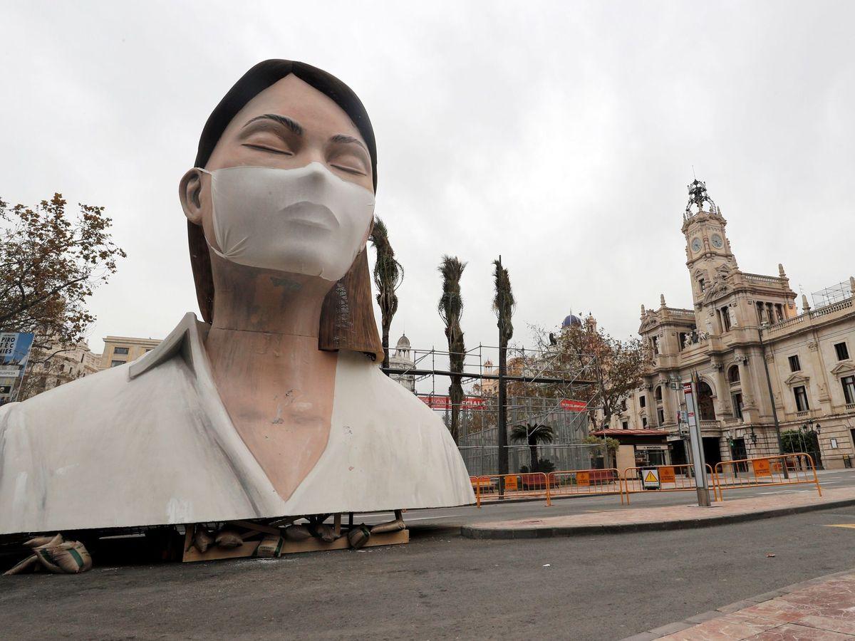 Foto: Imagen del remate de la fallas del Ayuntamiento de Valencia, sin quemar y sin gente a su alrededor por el coronavirus. (EFE)