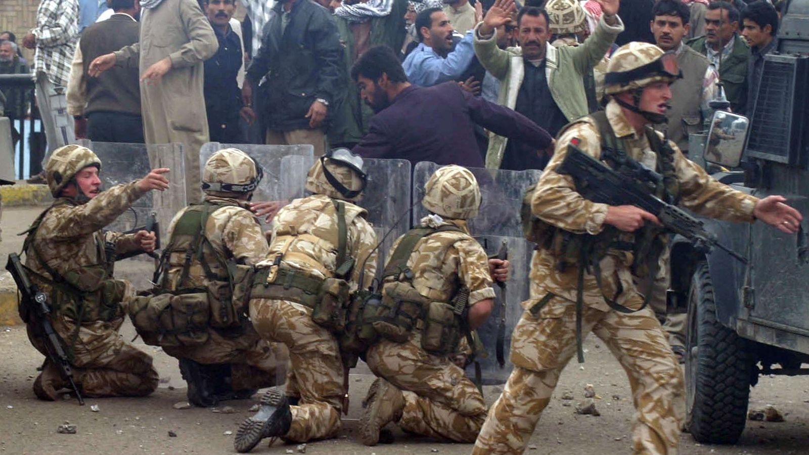 Foto: Soldados británicos en la ciudad iraquí de Basora durante una protesta, en enero de 2004 (Reuters)
