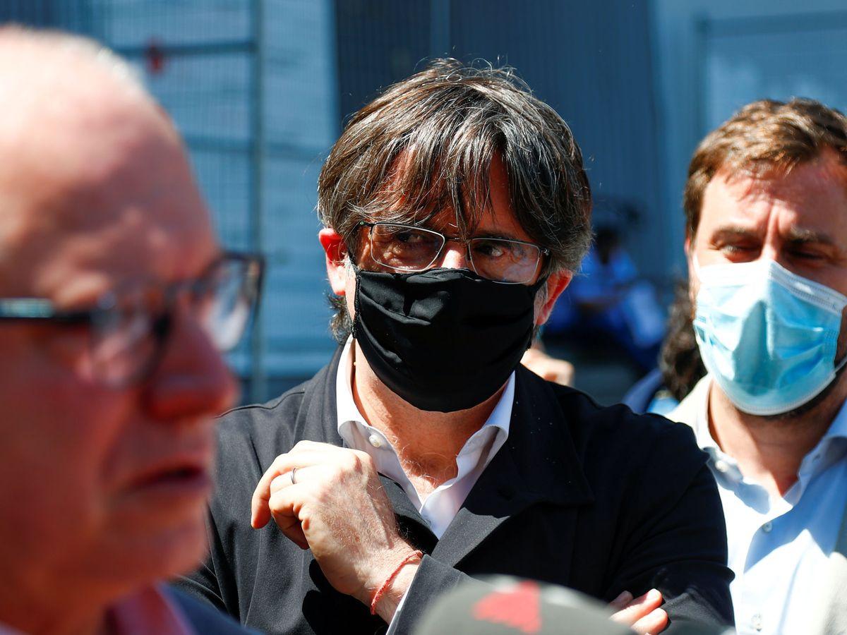 Foto: El 'expresident' Carles Puigdemont (c), junto a Toni Comín (d). (Reuters)