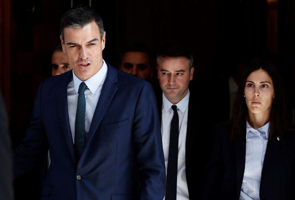 Foto: Pedro Sánchez, acompañado de su director de Gabinete, Iván Redondo, este 25 al término del pleno de segunda votación de investidura. (EFE)