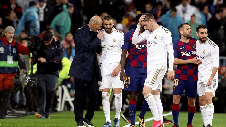 Zidane y Benzema se fueron hablando al vestuario en el descanso. (EFE)