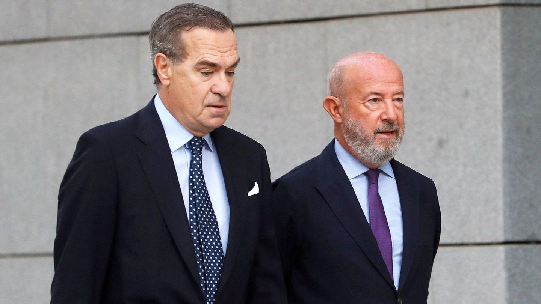 Emilio Saracho (d), expresidente del Popular, junto a su abogado, José María Alonso.