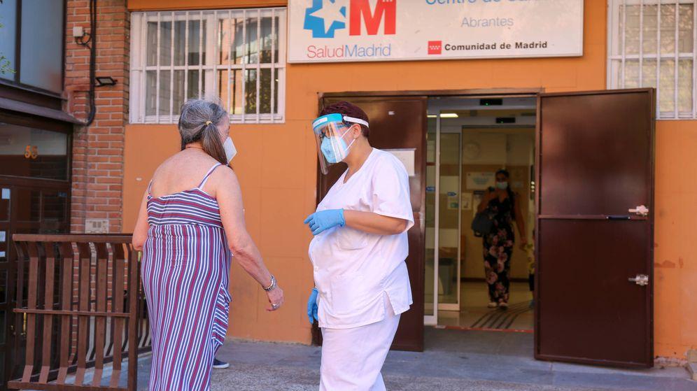 Foto: Una enfermera atiende a una paciente frente al centro de salud de Abrantes, en Carabanchel (Madrid), este viernes. (David Brunat)