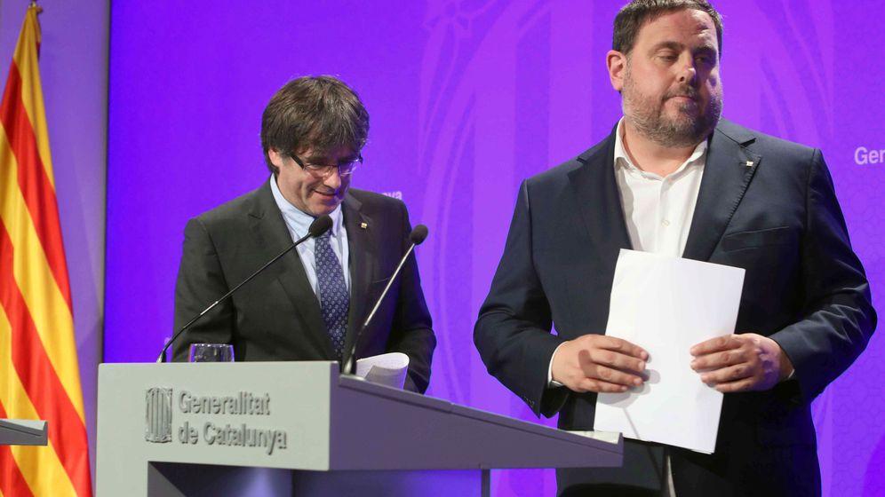 Foto: El presidente de la Generalitat, Carles Puigdemont, y el vicepresidente del Govern y 'conseller' de Economía, Oriol Junqueras. (EFE)