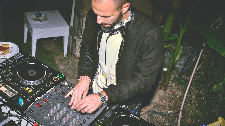 DJ en una boda. (Fotografía de Emiliano Vittoriosi para Unsplash)