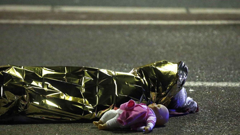 Foto: Una muñeca tirada en el suelo, la foto símbolo de la masacre de Niza