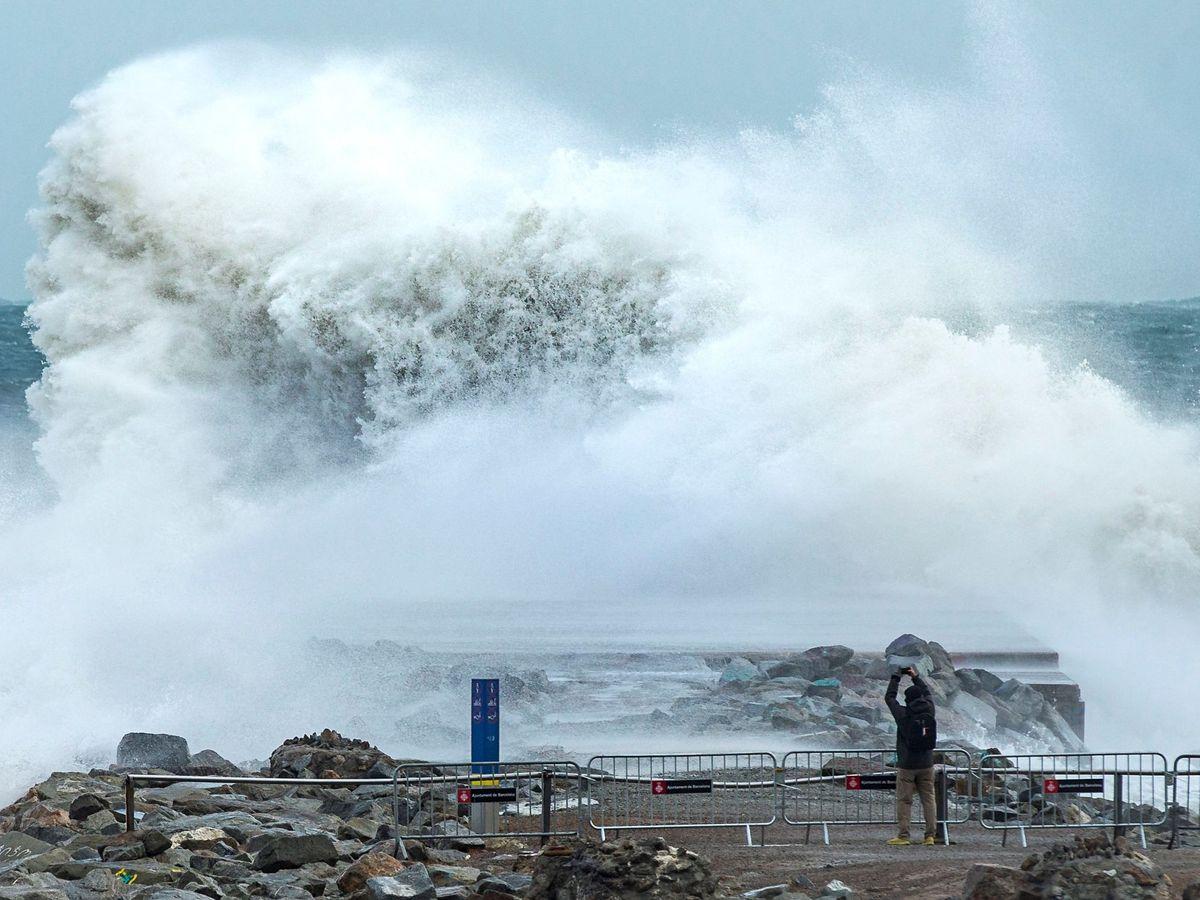 Foto: Las imágenes que está dejando la borrasca Gloria en el Mediterráneo son impresionantes (EFE/Enric Fontcuberta)