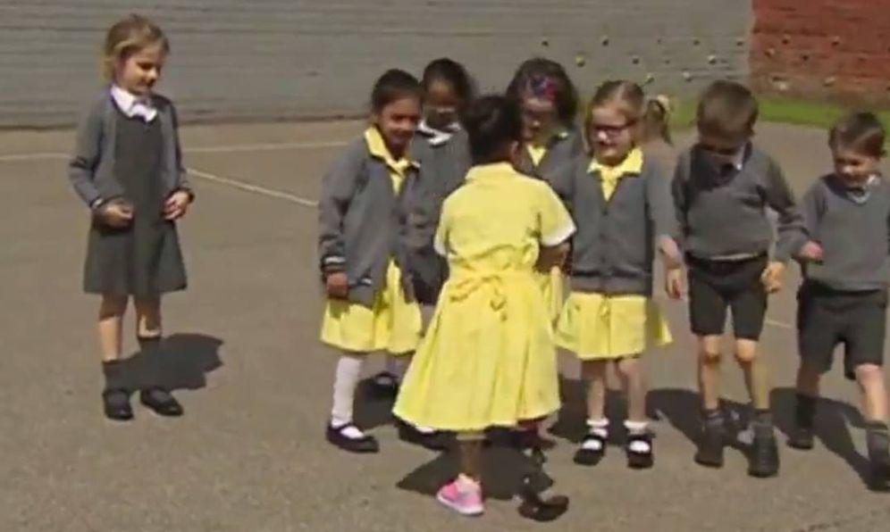 Foto: Así reciben en el colegio a una niña con una prótesis nueva
