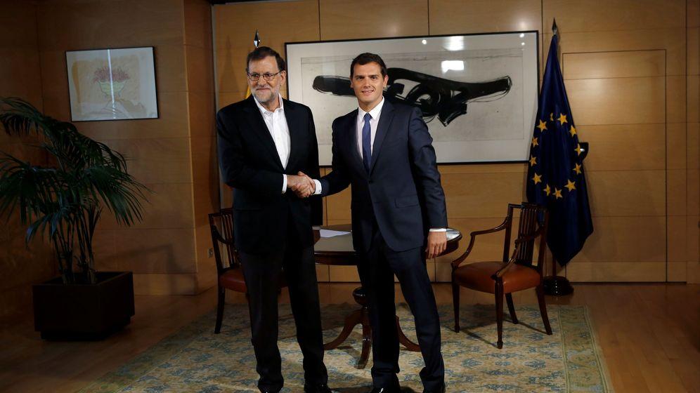 Foto: El presidente del Gobierno en funciones y del PP, Mariano Rajoy (i), durante la reunión que mantuvo hoy en el Congreso con el líder de Ciudadanos, Albert Rivera. (Reuters)