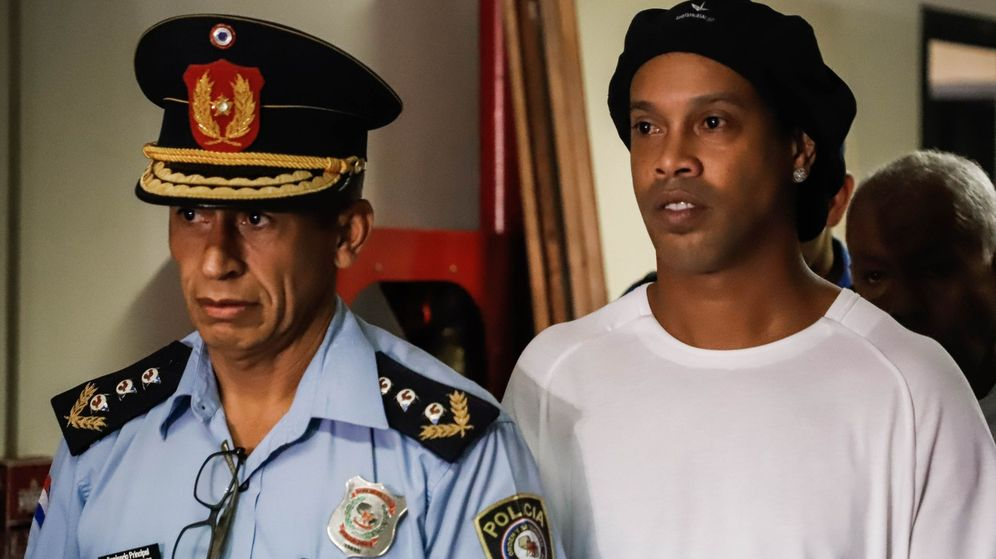 Foto: Ronaldinho en el primer día que compareció en el juzgado de Asunción para declarar por los documentos falsos. (Efe)