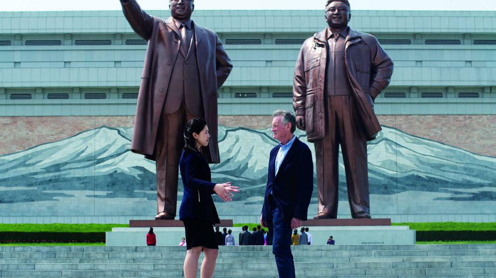 Foto: Michael Palin junto a su guía en el Gran Monumento de Mansu