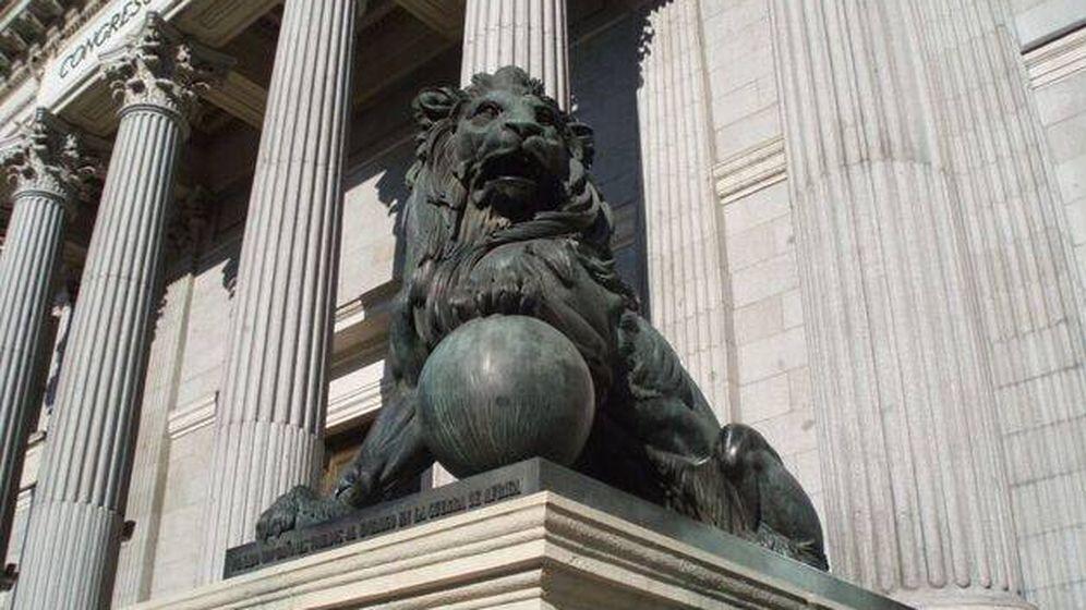 Foto: Uno de los leones del Congreso de los Diputados (Efe).