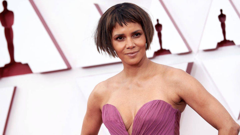 Halle Berry, estrenando corte de pelo en la alfombra roja de los Oscar 2021. (Getty)