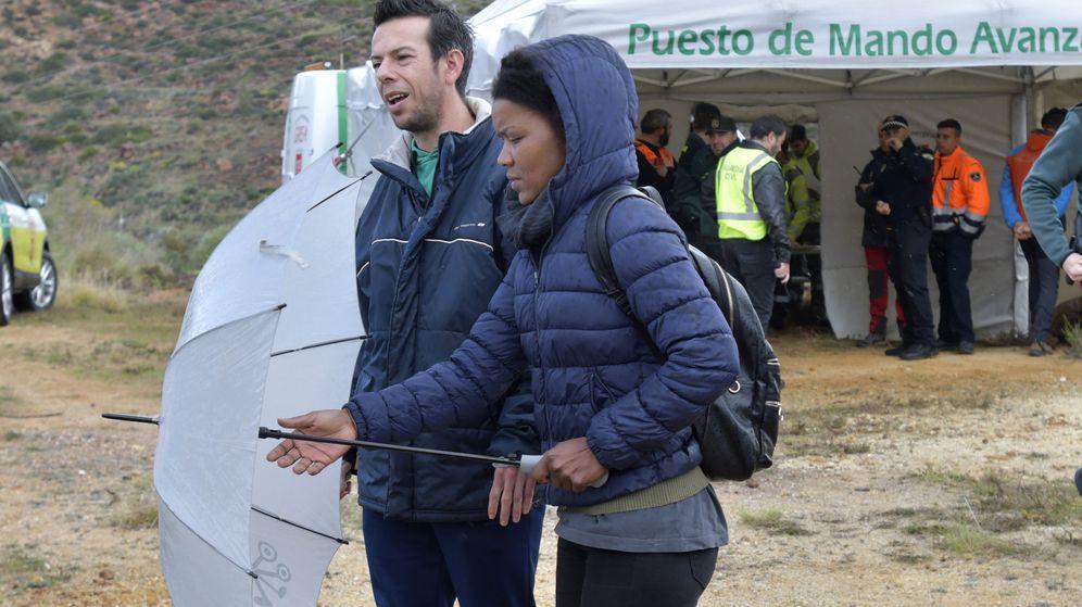 Foto: Ángel Cruz (i), padre de Gabriel, y su pareja Ana Julia Quezada, uno de los días en los que se buscaba al pequeño fallecido. (EFE)