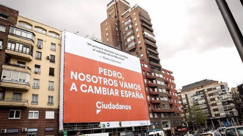 Foto: Lona de propaganda electoral de Ciudadanos contra Pedro Sánchez en la Avenida de América de Madrid. (Europa Press)