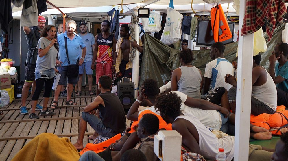 Foto: El alcalde de la ciudad italiana de Lampedusa, Salvatore Martello (3i), durante la visita que ha realizado al barco de la ONG española Open Arms. (EFE)