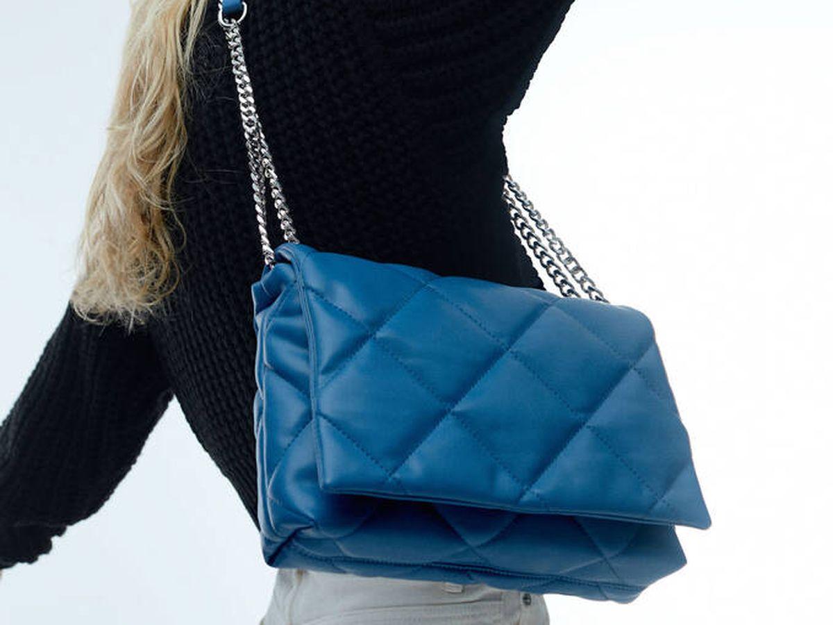 Foto: Bolso azul de Parfois. (Cortesía)