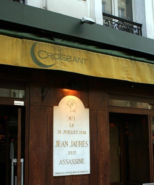 Foto: Placa conmemorativa del asesinato de Jean Jaurès. (Remi Jouan, Wikipedia)