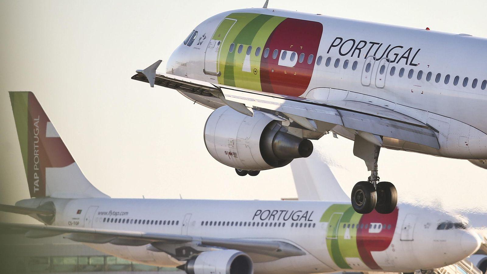 Foto: Dos aviones de la aerolínea portuguesa TAP, en el aeropuerto de Lisboa. (EFE)