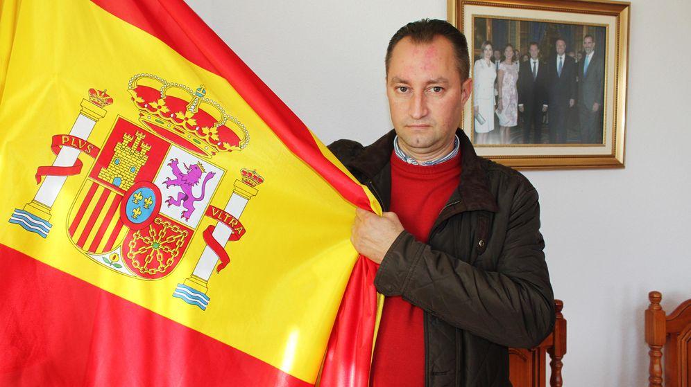 Foto: Aurel Truta, el primer alcalde rumano de España, posa en el salón de plenos de Páramo de Boedo (Palencia). (Foto: A. Villarino)