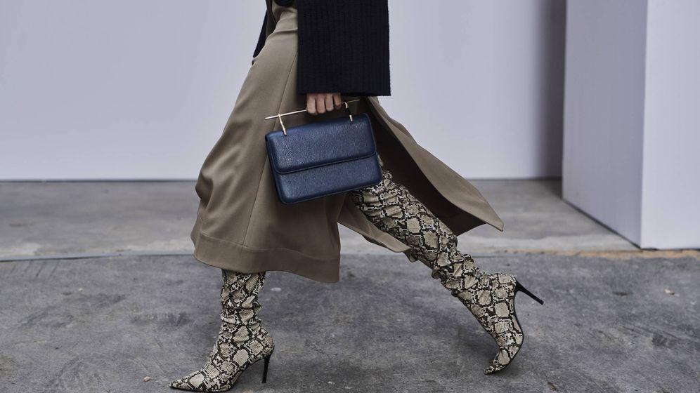Foto: Aquí tienes unas: las botas altas con print de reptil. (Imaxtree)