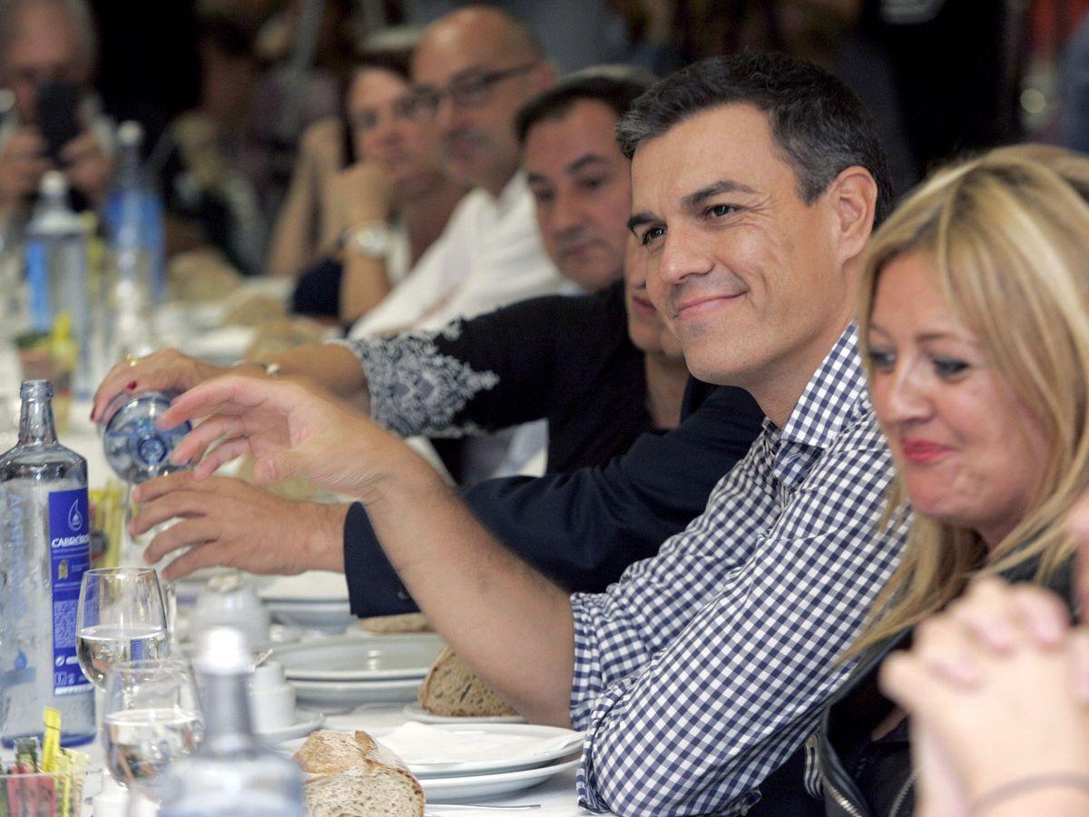 Foto: El secretario general del PSOE, Pedro Sánchez, durante la comida con simpatizantes en Ferrol. (EFE)
