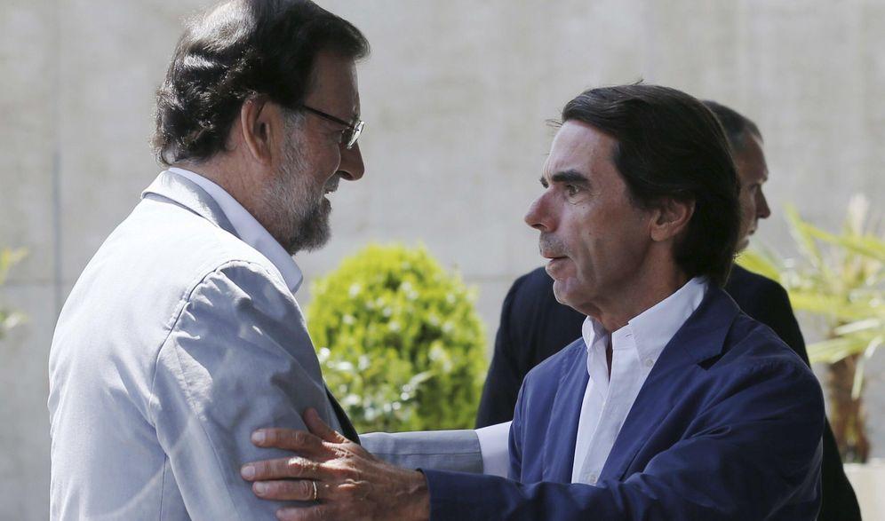 Foto: El presidente del Gobierno y del PP, Mariano Rajoy (i) y el presidente de honor del PP y presidente de FAES, José María Aznar. (EFE)
