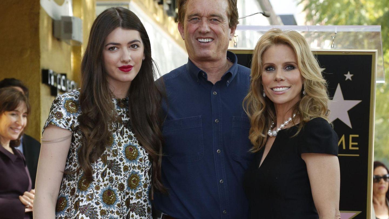 La actriz Cheryl Hines (derecha), con su novio Robert F. Kennedy Jr y la hija de este, Kyra. (Reuters)