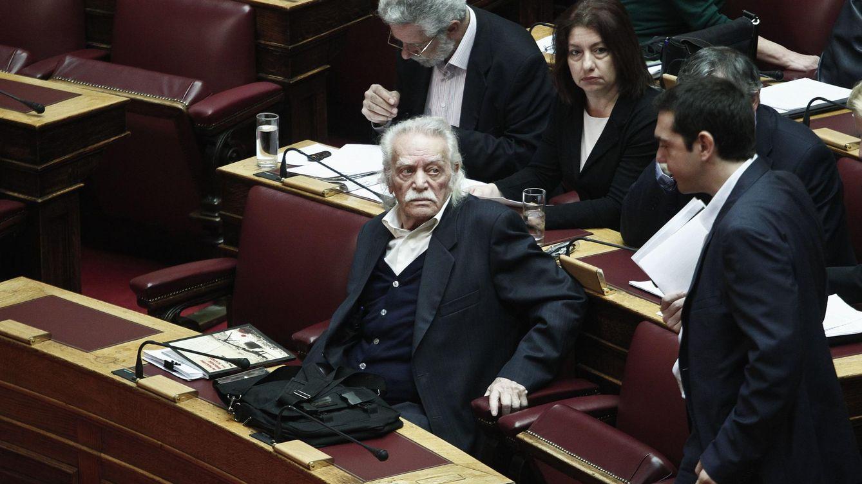 Foto: El parlamentario de Syriza Manolis Glezos, a su lado de pie,  Alexis Tsipras.