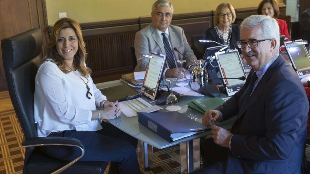 Foto: La presidenta andaluza, Susana Díaz (i) junto al Consejo de Gobierno. (EFE)