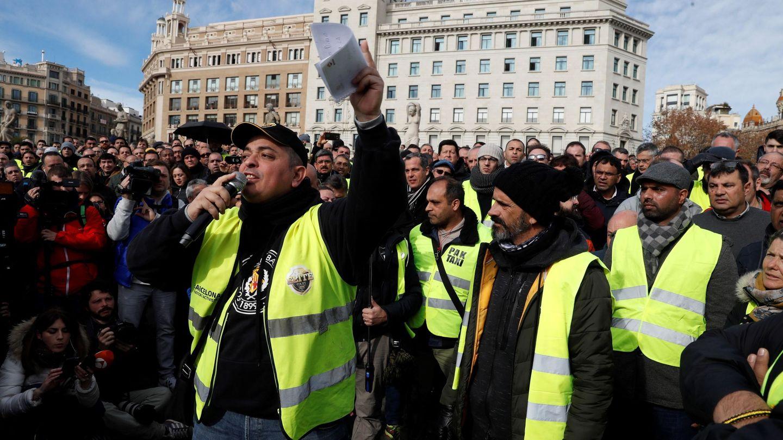 El portavoz de Elite Taxi, Alberto 'Tito' Fernández durante la asamblea que los taxistas celebran este miércoles en la plaza de Catalunya de Barcelona. (EFE)