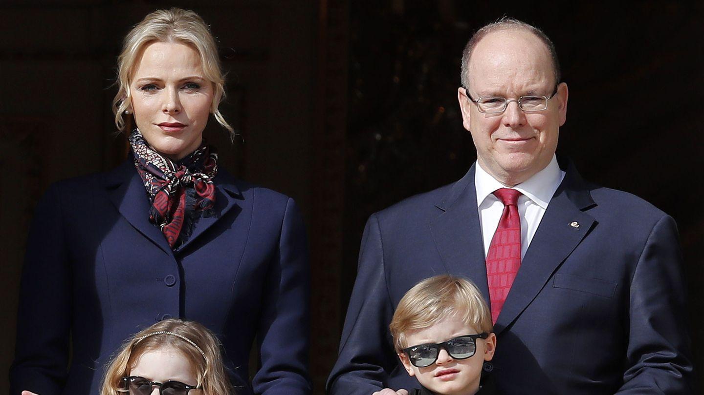 Los príncipes de Mónaco con sus hijos,  celebrando Santa Devota. (EFE)