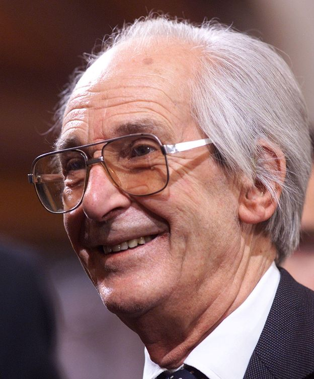 Foto: El historiador británico Raymond Carr recibiendo el premio Príncipe de Asturias en el 99. (Reuters)