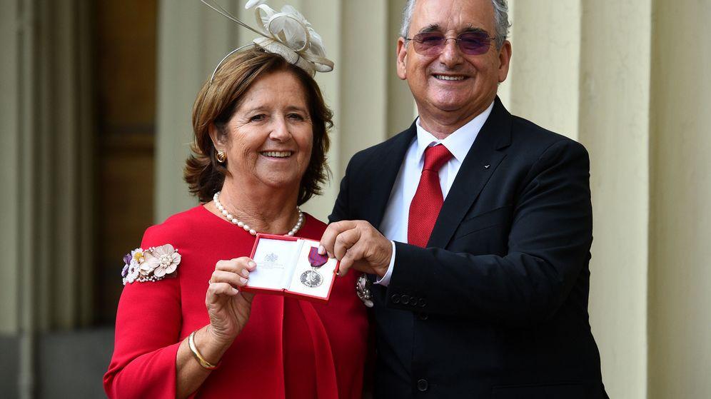 Foto: Los padres de Ignacio Echeverría reciben la medalla de San Jorge. (Reuters)