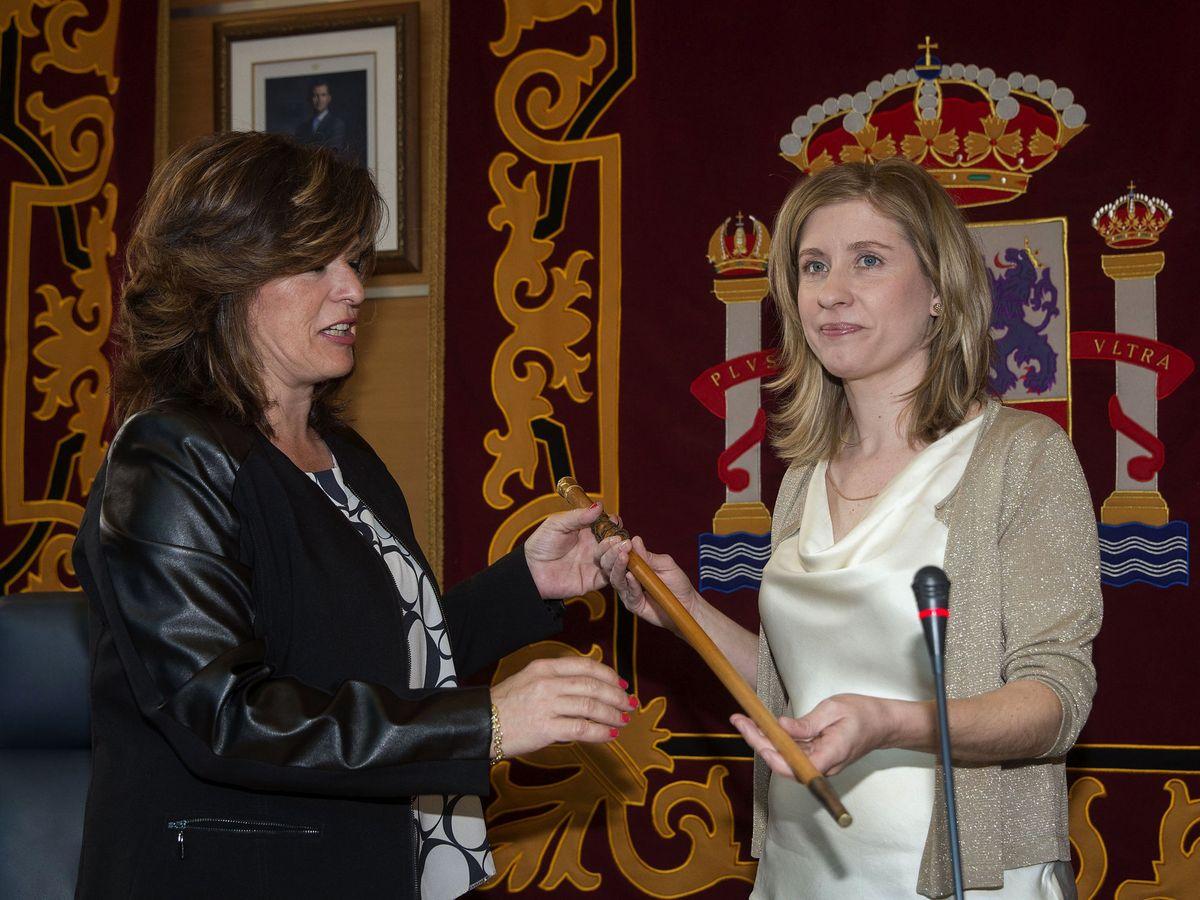 Foto: La teniente de alcalde saliente del Ayuntamiento de Molina de Segura entrega el bastón de mando a la nueva alcaldesa, Esther Clavero. (EFE)