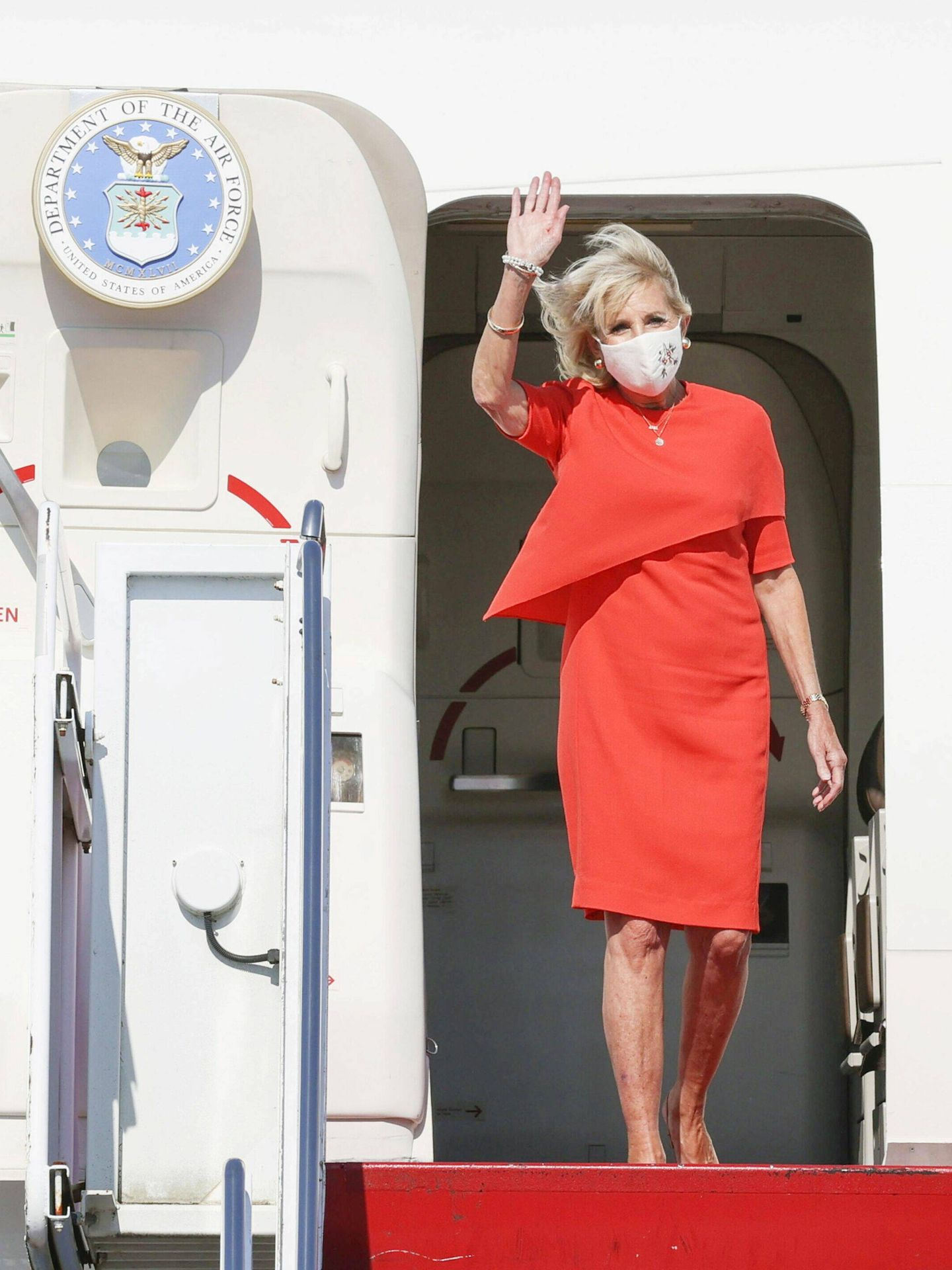 Jill Biden, a su llegada a la base aérea de Yokota. (Reuters)