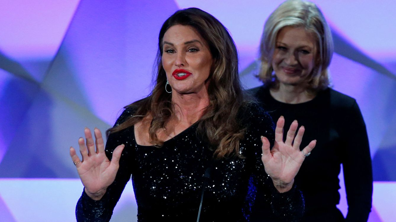 Foto: Jenner speaks onstage next to sawyer during the 27th annual glaad media awards in new york