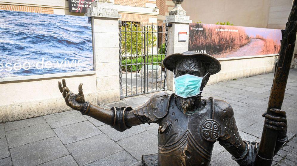 Foto: Estatua de Don Quijote se protege contra el coronavirus en Alcalá de Henares. (EFE)