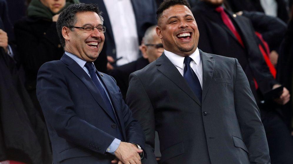 Foto: Ronaldo, junto a Bartomeu en un partido en el Camp Nou. (EFE)