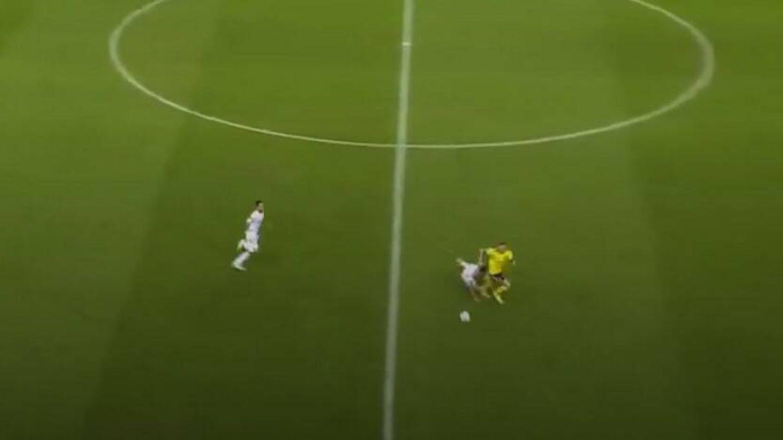 Eric García queda emparejado al contragolpe, se cae y Suecia acaba llegando al área.